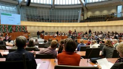 Während des Kongresses im Plenarsaal des Landtages