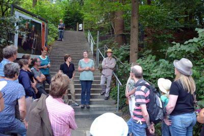 Manuela Grochowiak-Schmieding MdL begrüßt die Anwesenden. Rechts neben ihr Karl Banghard, links neben ihr Britta Hasselmann MdB.