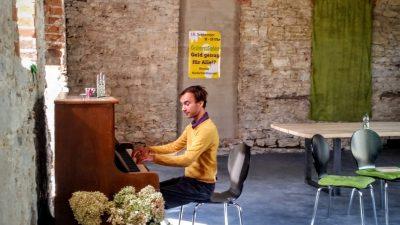 """Der Autor singt am Klavier """"Die Gedanken sind frei"""""""
